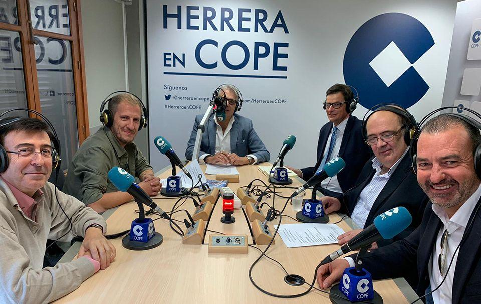 Rafael Comino, en el estudio de COPE Sevilla para intervenir en 'Herrera en COPE' junto a Agustín Bravo